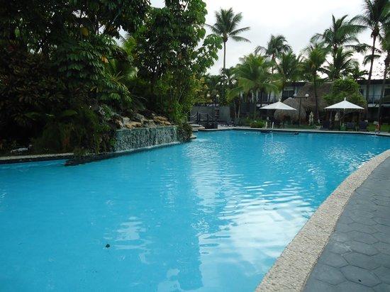Riande Aeropuerto: vista da piscina externa