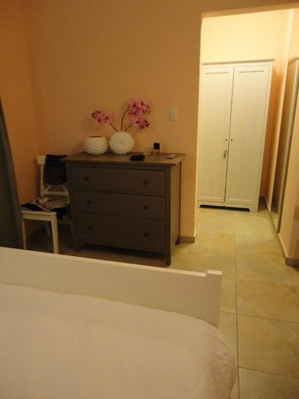La Boheme Aruba: Room with nice drawers to fit your cloths and access to bathroom