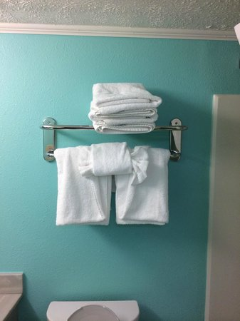The Mermaid Inn: Nice touch - note the towels (4/26/14 - Room 201)