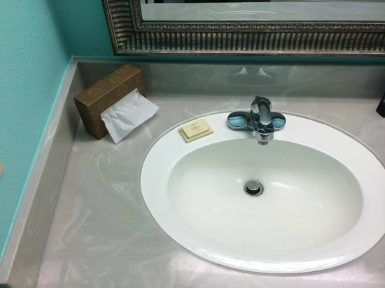 The Mermaid Inn: Nice sinks (4/26/14 - Room 201)