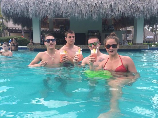 Dreams Palm Beach Punta Cana : Teenagers in the pool