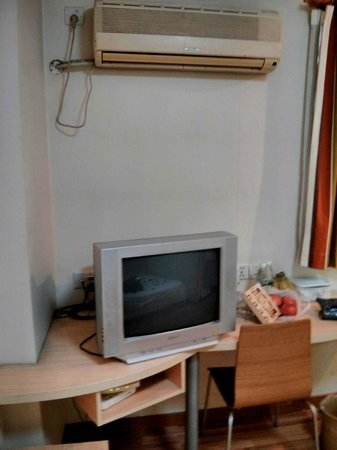7 Days Inn (Shanghai Lujiazui): TV + desk