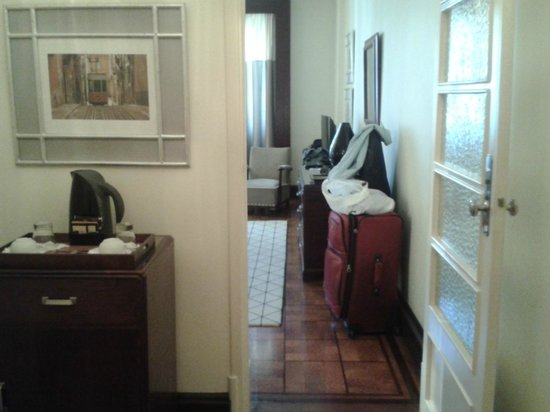Britania Hotel: View from entry toward bedroom