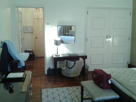 Britania Hotel: Very sizable bathroom off entry hallway