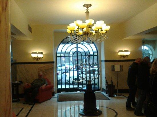 Britania Hotel: Lobby looking toward street entrance