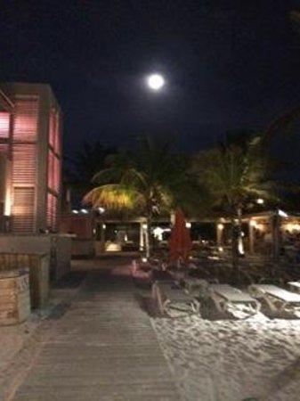 Eden Beach Resort : Full moon on my walk back to my room