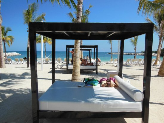 Hotel Riu Palace Jamaica: Beach beds for shade