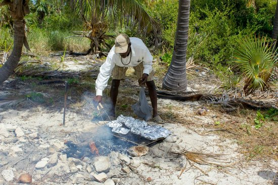 Eleuthera Tours: Donald cookin' up lunch!