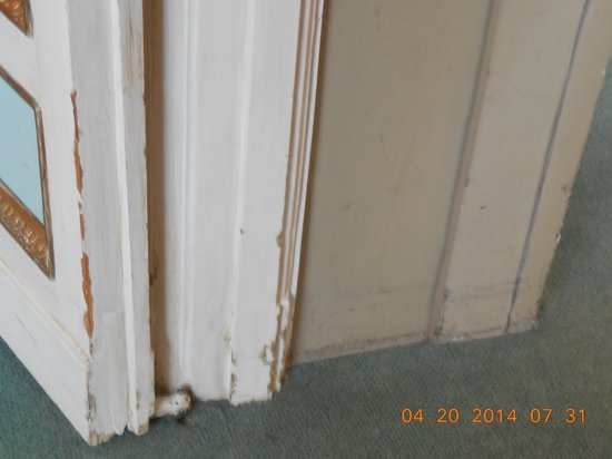 Grand Hotel Minerva : Chipped sidings, peeling paint.