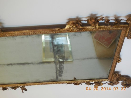 Grand Hotel Minerva: Cracked mirror with hazy and black stains