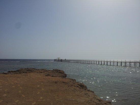 The Three Corners Happy Life Beach Resort : il pontile e la barriera corallina