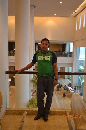 Grand Clarion Hotel & Convention Makassar : di Lobby yang besar..