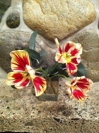 Takaro Lodge: Tulips above fireplace