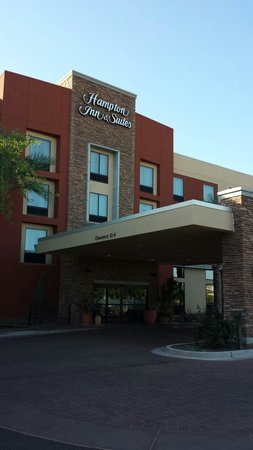 Hampton Inn & Suites Phoenix Chandler Fashion Center: Front of Hotel
