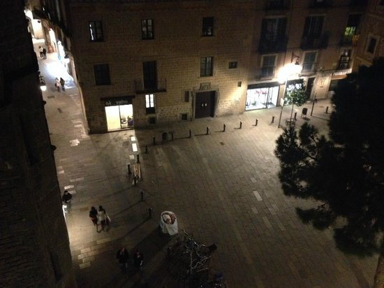 el Jardi : View of the square from one of our balcony's.