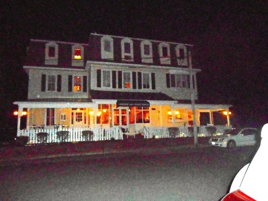 Pope's Tavern at the Oxford Inn: a view from the street at night