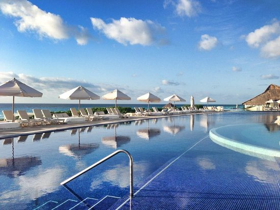 Chilling at the cabana picture of live aqua beach resort cancun cancun tripadvisor for How many rooms at live aqua cancun
