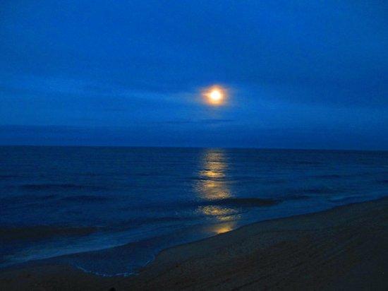 Sea Ranch Resort : The moon over the ocean