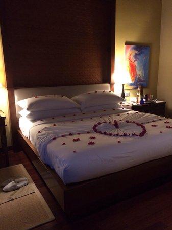 Taj Exotica Resort & Spa: Quarto com decoração de lua-de-mel
