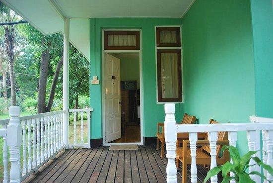 Thante Hotel Nyaung Oo : porch