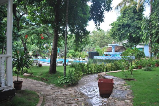 Thante Hotel Nyaung Oo : grounds with pool