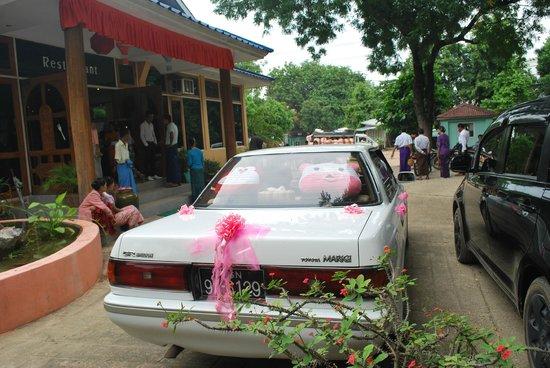 Thante Hotel Nyaung Oo : wedding party at restaurant at 7AM