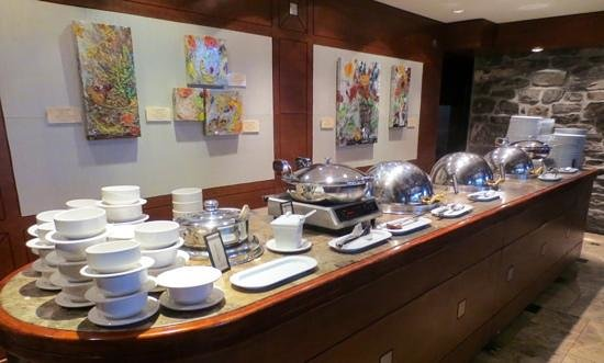 Hotel Bonaventure Montreal: Many hot items on the breakfast buffet