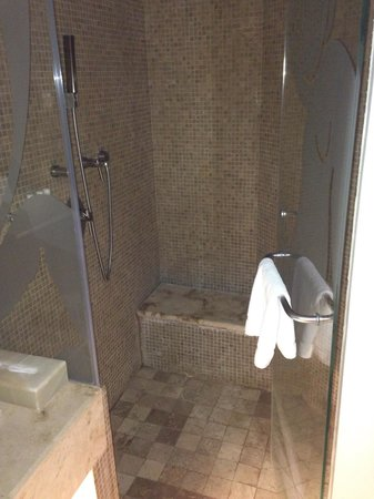 ME Cancun : Nice shower with banch