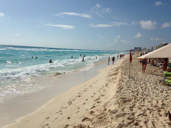 ME Cancun: Beach
