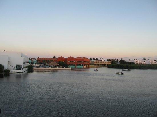 Club Med Cancun Yucatan : Lagoon and main restaurant