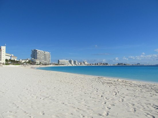 Club Med Cancun Yucatan : main beach and view of hotel zone