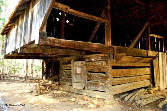 Cades Cove Visitor Center : An antique barn on the premises.