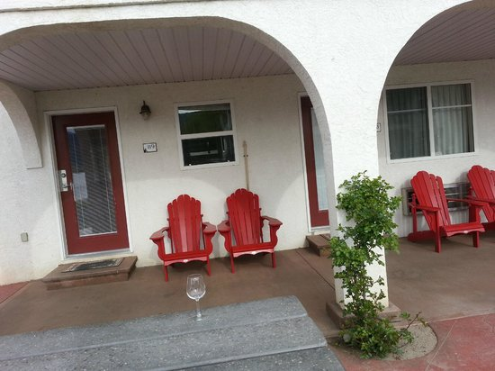 Sandy Beach Motel : Our personal outdoor space - very relaxing.