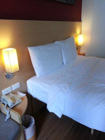 ibis Bangkok Riverside : My room, nice mattress, soft pillows