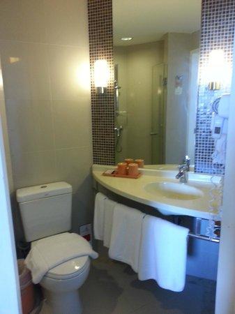 ibis Bangkok Riverside : Bath room