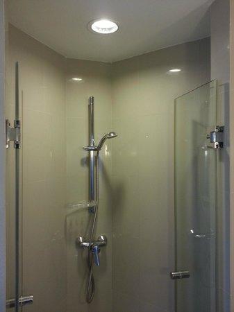 ibis Bangkok Riverside : Shower, 2-in-1 soap&shampoo is provided