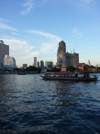ibis Bangkok Riverside : Behind hotel