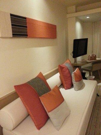 Pullman Pattaya Hotel G: Sofa and television