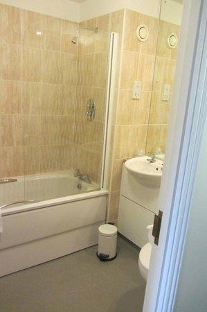 Arden Hotel & Leisure Club: Bathroom