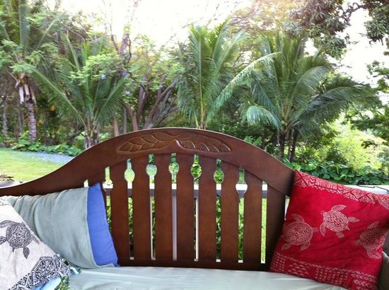 Ka'awa Loa Plantation: Sunbed on the lanai