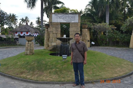 The Santosa Villas & Resort : Mejeng di depan pintu masuk hotel