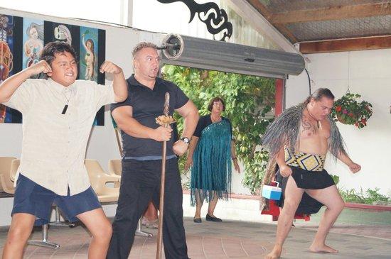 Waimarama Maori Tours : Maori dancing
