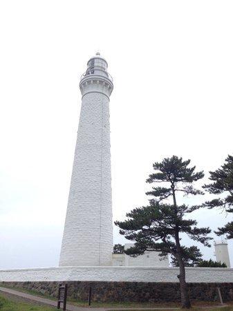 Izumo Hinomisaki Lighthouse: 真っ白。観光客も少なくてイイ!