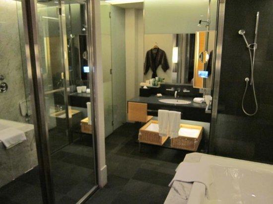 Hilton Kuala Lumpur : Huge bathroom