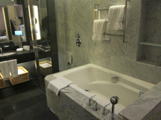 Hilton Kuala Lumpur : Tub and rain shower