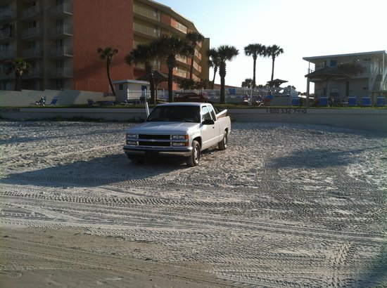 Ocean Court Motel: Parked on beach directly behind hotel