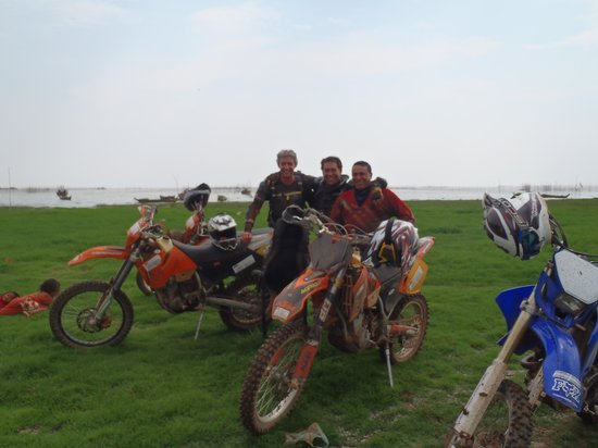 Siem Reap Dirt Bikes Day Tours : From green grass and lakes