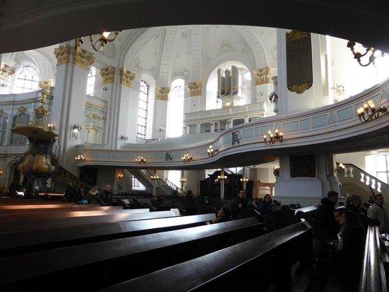 Church of St. Michael: Empore mit elegantem Schwung