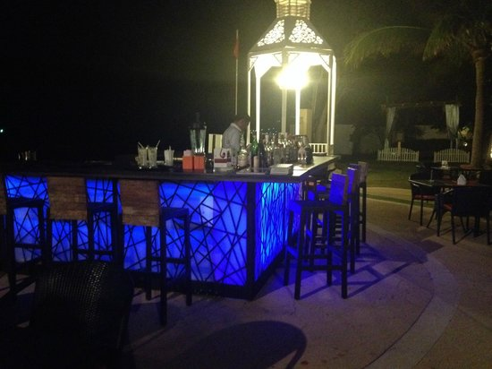 Wora Bura Resort & Spa : Beautiful beachfront bar at night!