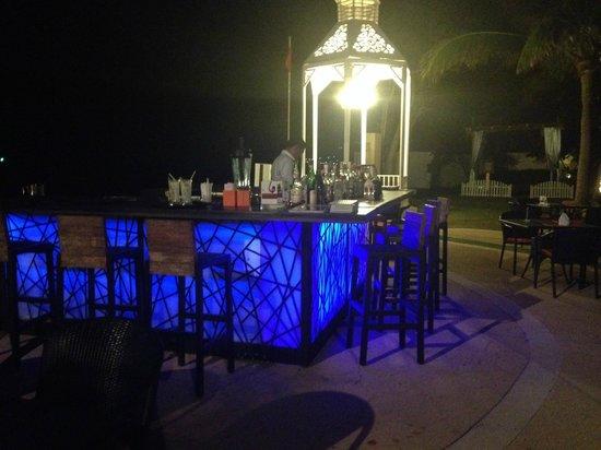 Wora Bura Resort & Spa: Beautiful beachfront bar at night!